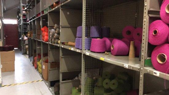 Avoca, Irland: Yarn in the storage area.