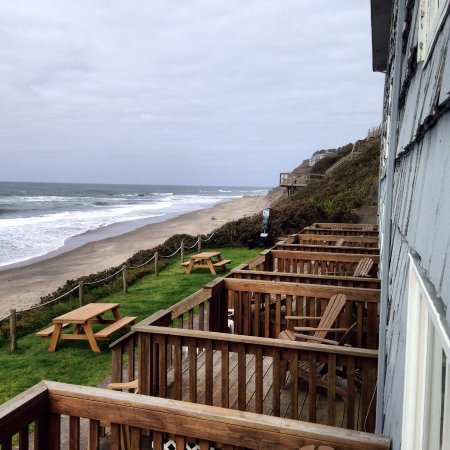 Westshore Oceanfront Motel: Behind the hotel. First floor rooms have semi-private decks.