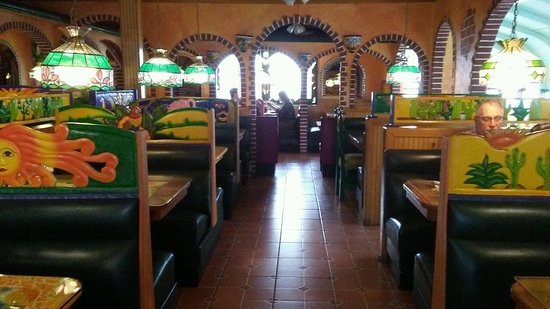 Lemoyne, Πενσυλβάνια: Main Dining Room With Tightly Fit Booths!