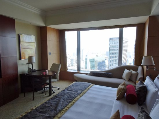 Shangri-La Hotel, Tokyo: Beautiful room on the 32nd floor, with Tokyo city views.