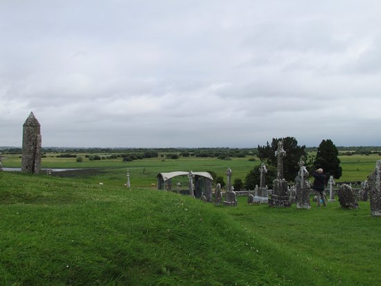 County Offaly, Ireland: Looking past the chimney over the Shannon River