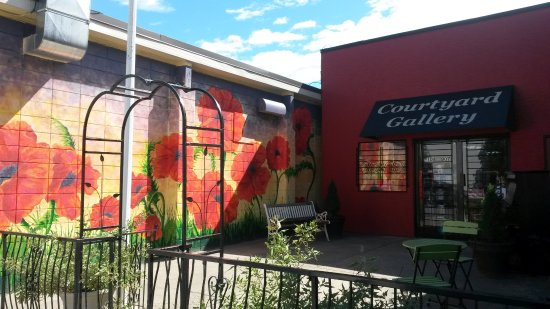 Enderby, Kanada: New Poppy Art Mural on the Legion wall.