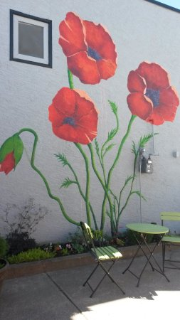 Enderby, Kanada: The Poppy Mural on the other wall in the Courtyard.
