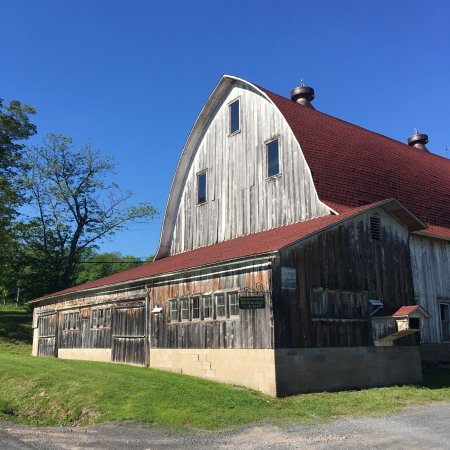 "Margaretville, Estado de Nueva York: Old barn adjacent to the inn. A hot tub is located in the ""milk room""."