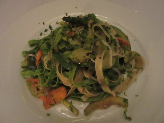 El Albergue Restaurant: Grilled garden veggies with fettuccine in olive oil and herbs.