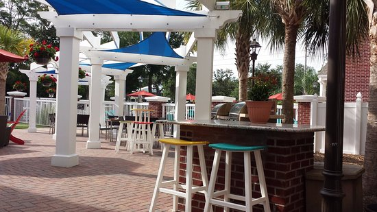 Residence Inn Amelia Island: This area is adjacent to the pool and is very relaxing! There is a firepit as well.