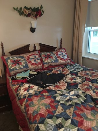 Berkshire Hills Country Inn: Our double beds in room 17.