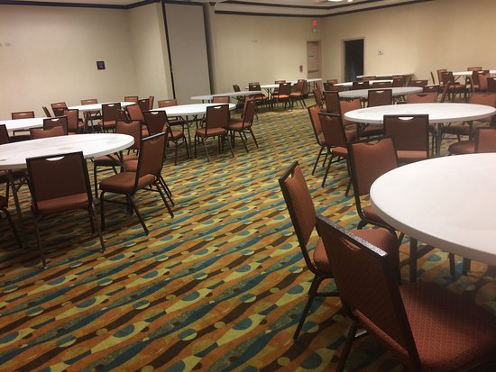 Pasadena, TX: Meeting room is very large! Outdoor pool and hot tub.