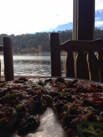 Shell Knob, MO: Delicious thin crust pizza with a view of Table Rock Lake