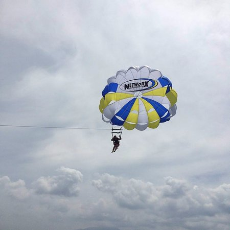 Subic, Philippines: Parasailing- Fly High!