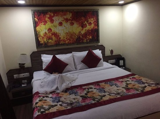 Summit Yashshree Suites and Spa: can'tt hink of paying peak season rates for such an old non-rennovated room