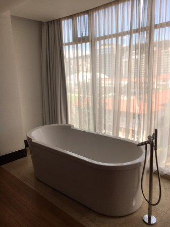 Le Parc Hotel: Bath in bedroom