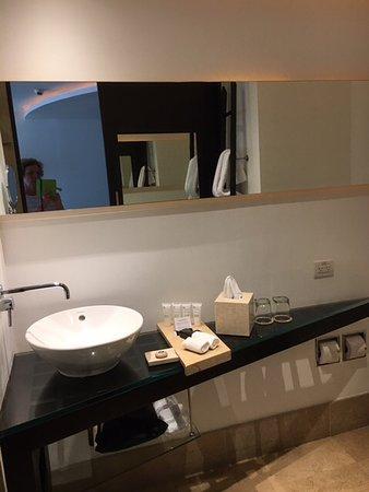 Le Parc Hotel: Beautiful decor in bathroom