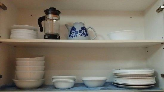 Minto Colonial Hostel: Kitchen crockery cupboard.