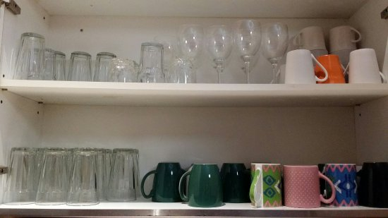 Minto Colonial Hostel: Kitchen cups and glasses cupboard.