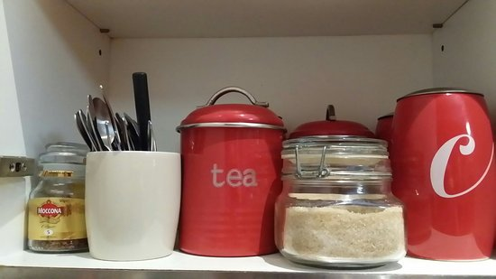 Minto Colonial Hostel: Free tea and coffee in the kitchen.