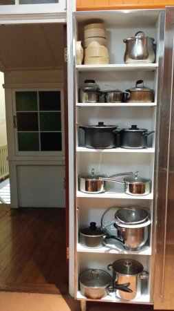 Minto Colonial Hostel: Pots and pans.