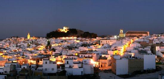 Moron de la Frontera, สเปน: panorámica nocturna de Morón, en la que despunta el castillo e Iglesia de San Miguel y San Franc