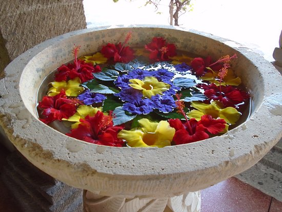 Puri Mesari Hotel & Suites: A bowl of flowers in the hotel reception