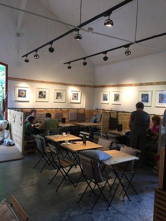 Auderghem, Belgium: Petite salle agréagle, avec expos régulière de photos ou peinture