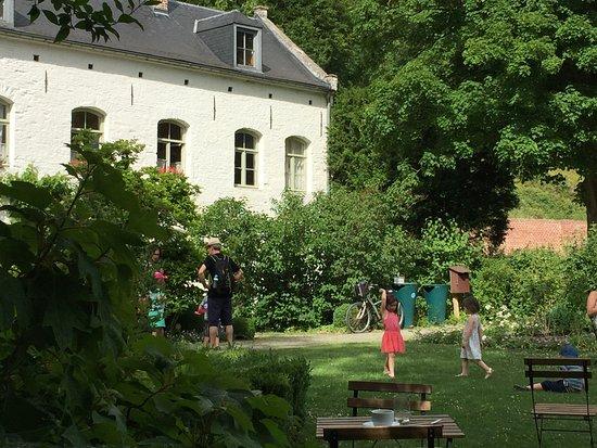 Auderghem, Belgium: La vue extérieure avec son jardin ombragé, un vrai plaisir