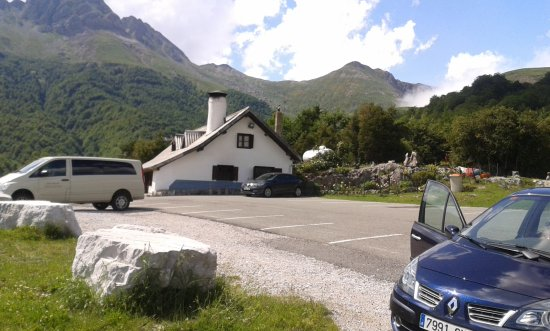 Isaba, İspanya: Hay un amplio parking junto a la Venta. Las nubes del norte tratando de colarse en el valle
