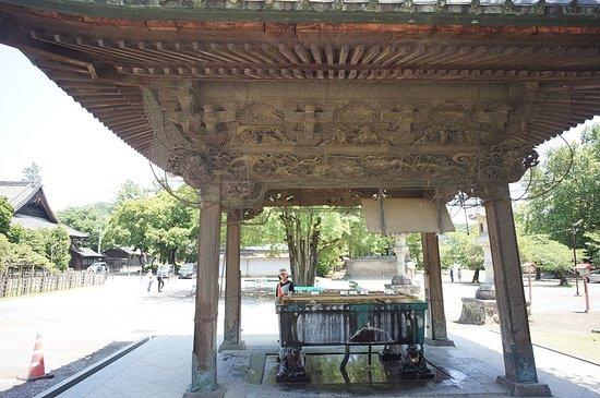 Ota, Japan: 手水舎:建物も立派ですが水盤を4体の子供が支えているのも珍しく思われました