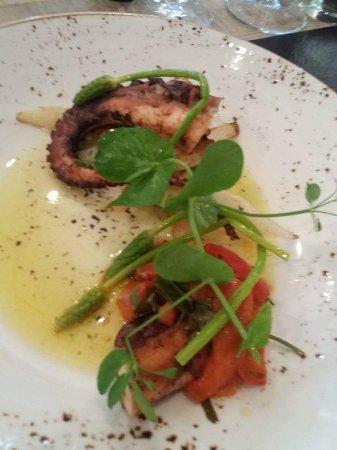 Putte, เบลเยียม: Gebakken octopus asperges lauwe dressing met look yuzu  en rode paprika