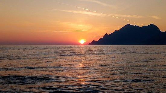 Fabuleux coucher de soleil en mer, au large de Porto - Photo de Le Goëland,  Corse - Tripadvisor