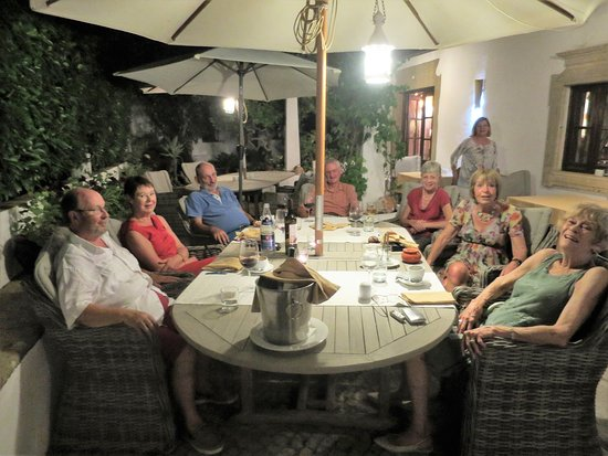 Santa Barbara de Nexe, Portugalia: Village residents relaxing together after a wonderful dinner.