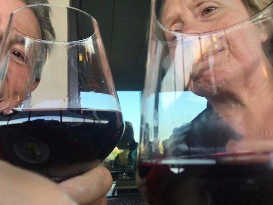 Edgewater, نيو جيرسي: Wine at Mitchell's Fish Market