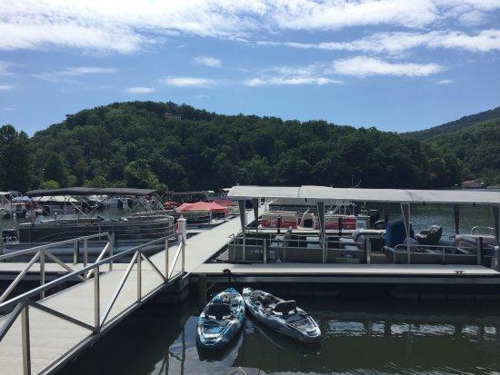 Lake Lure, Kuzey Carolina: Dock area tours operate from