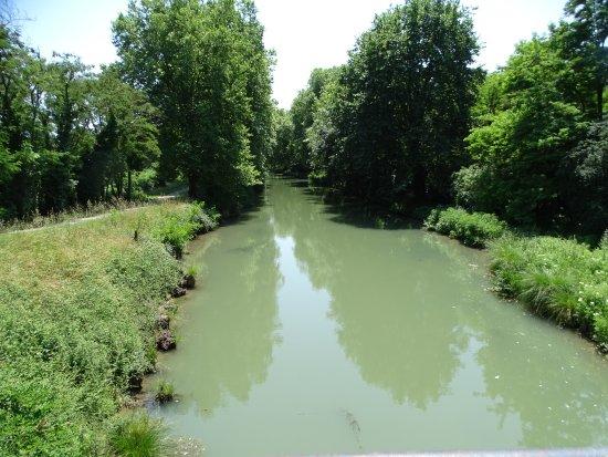 Fourques-sur-Garonne, França: le canal latéral à la Garonne à 300 m de Maoutens