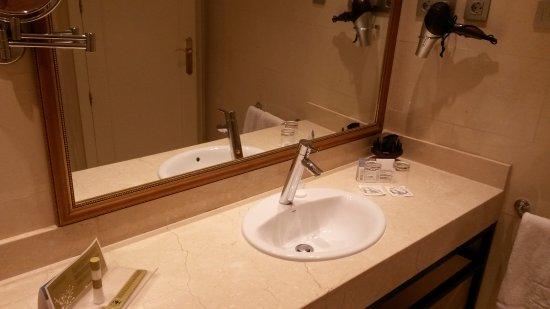 Eurostars Casa de la Lírica: Bathroom