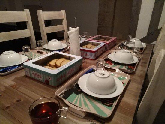Romorantin, France : завтрак на следующий день подготовлен хозяевами на следующий день