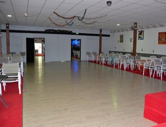 Premery, France: salle et piste de dance