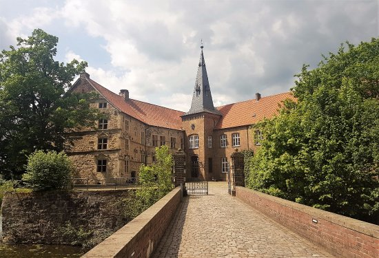 Ludinghausen, เยอรมนี: castle not for from center Lüdinghausen. Left part from the tower you can visit for free.