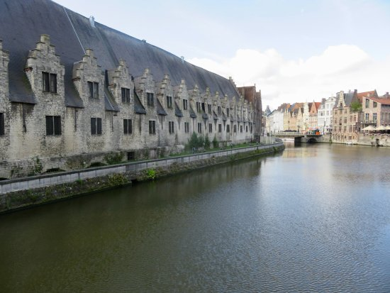 Oudenaarde, België: Meat hall as seen from the bridge over the canal