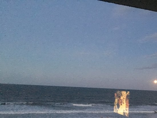 Atlantic Beach, Floryda: Took picture out of room trying to get the Strawberry moon