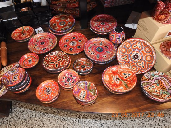 Caravonica, Αυστραλία: Tjapukai original artwork and souvenirs on display for sale at the Center