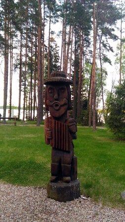 Zarasai, Litauen: Территория украшена деревянными скульптурами