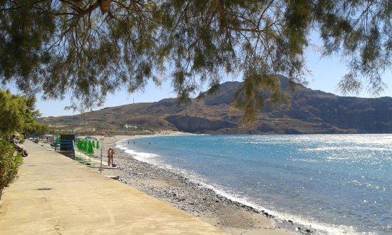 Kalamaki, Greece: Bäume spenden etwas Schatten