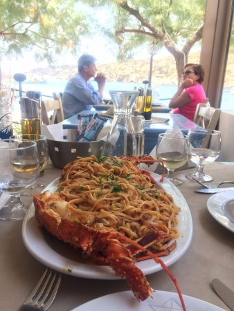 Faros, Grécia: fresh lobster pasta at the table