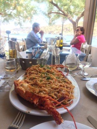 Faros, Grecia: fresh lobster pasta at the table