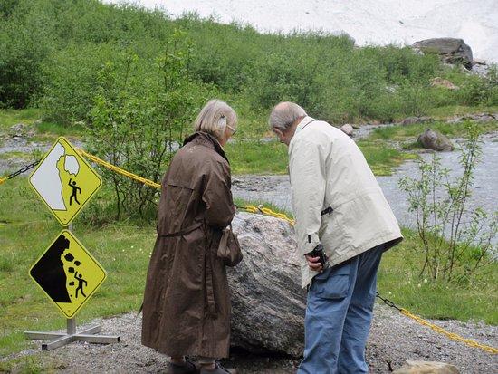 Fjaerland, Noruega: looking at rocks