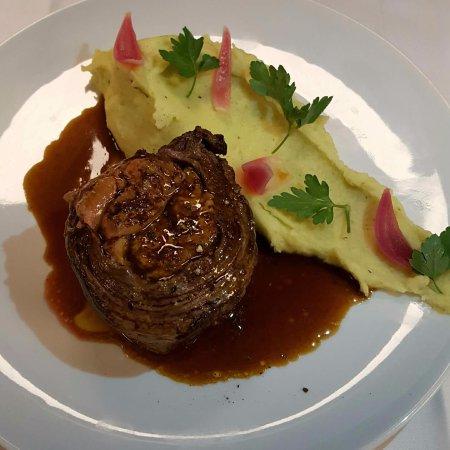 Chatenay-Malabry, França: Médaillon d'Aloyau farci au foie gras, purée de PDT persillée à la noisette