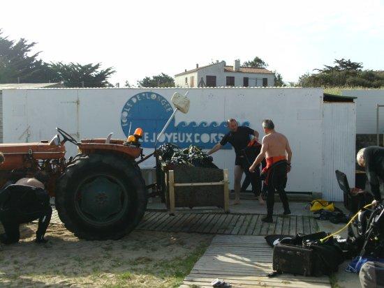 Oleron Plongee Les Joyeux Corsaires : le tracteur qui emmene votre materiel