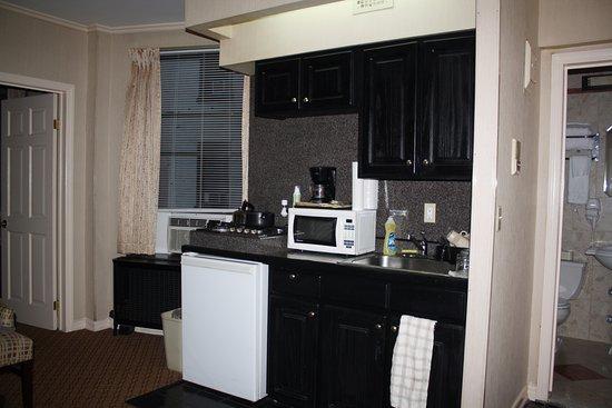 Radio City Apartments: La cocina, integrada en el salón-comedor. Suficiente para cenas y desayunos.