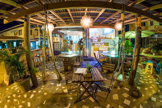 Clifton, Union Island: The outdoor seating area at The Snack Shack