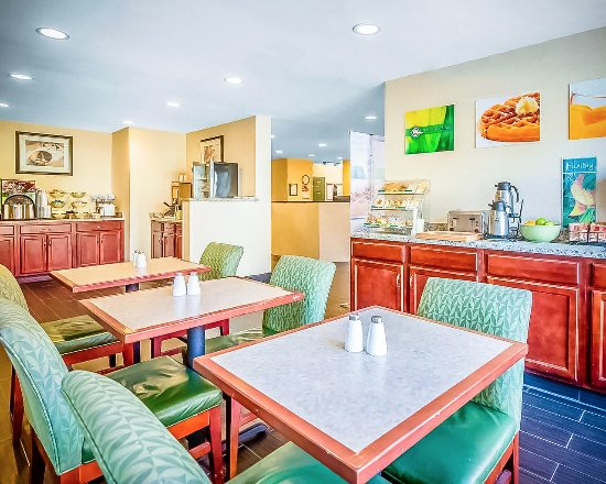 Merrimack, Nueva Hampshire: Spacious and modern breakfast seating area